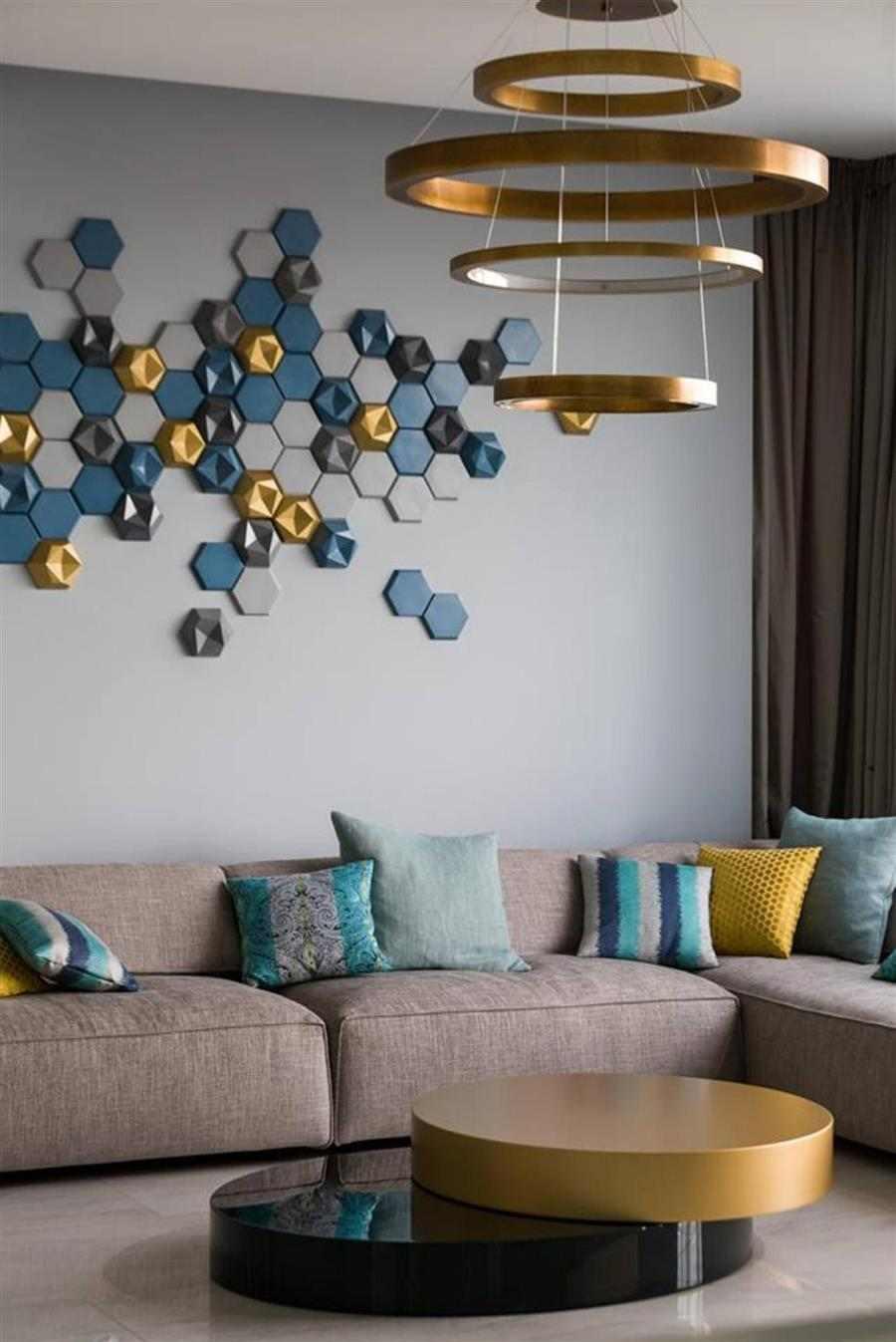 parede do sofá decorada