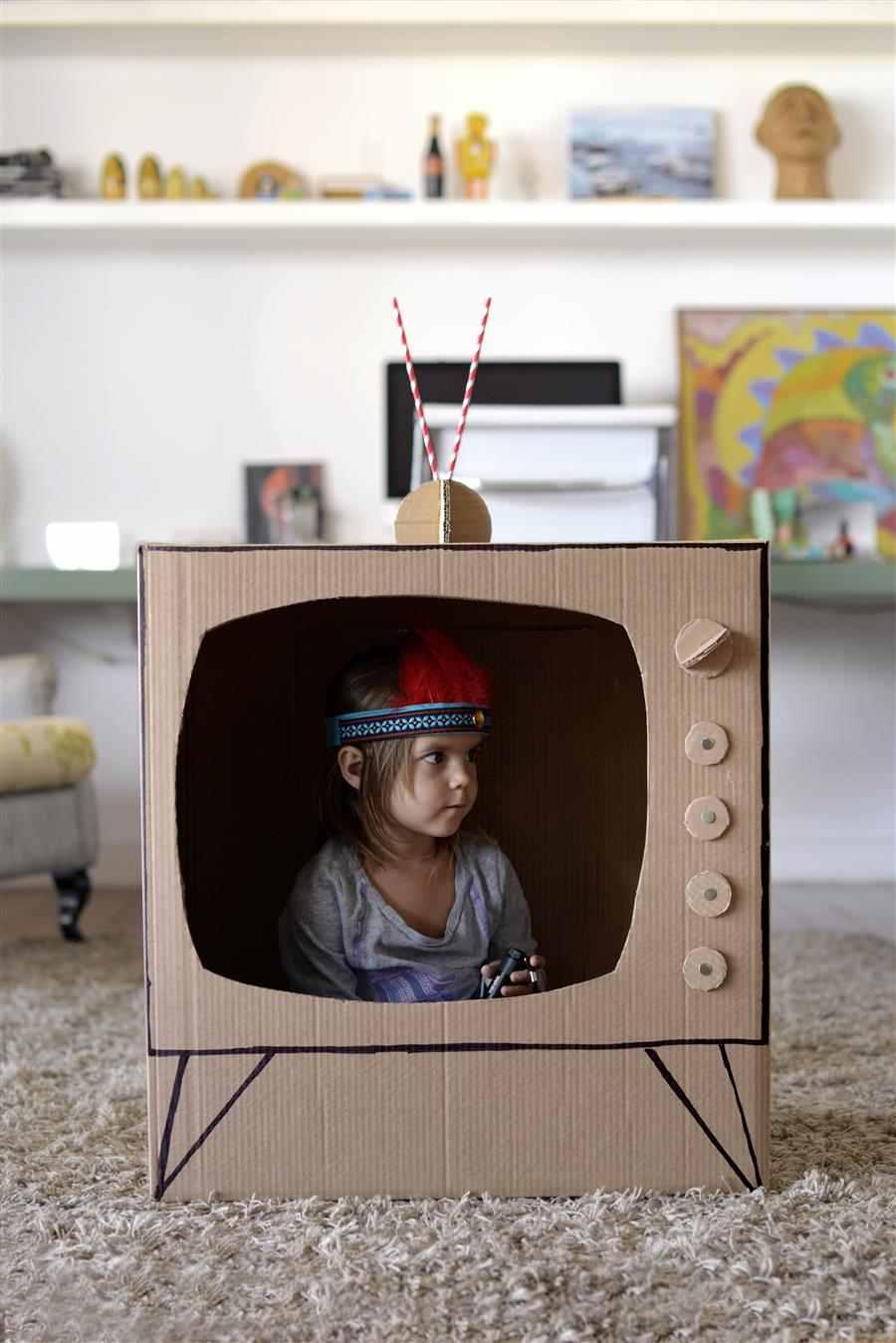 TV de papelão grande