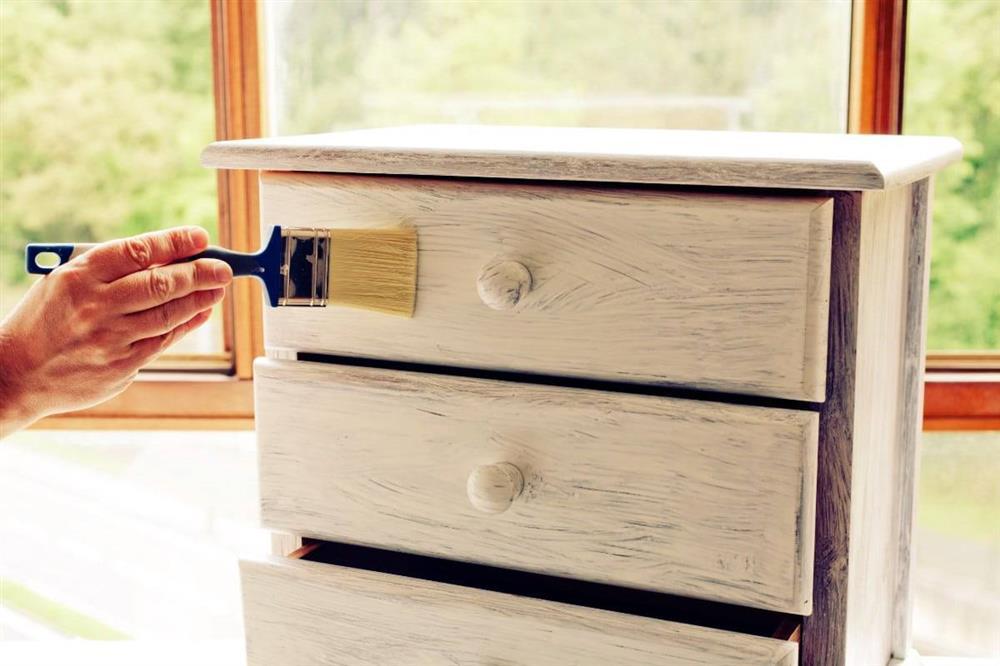 móveis de madeira brancos