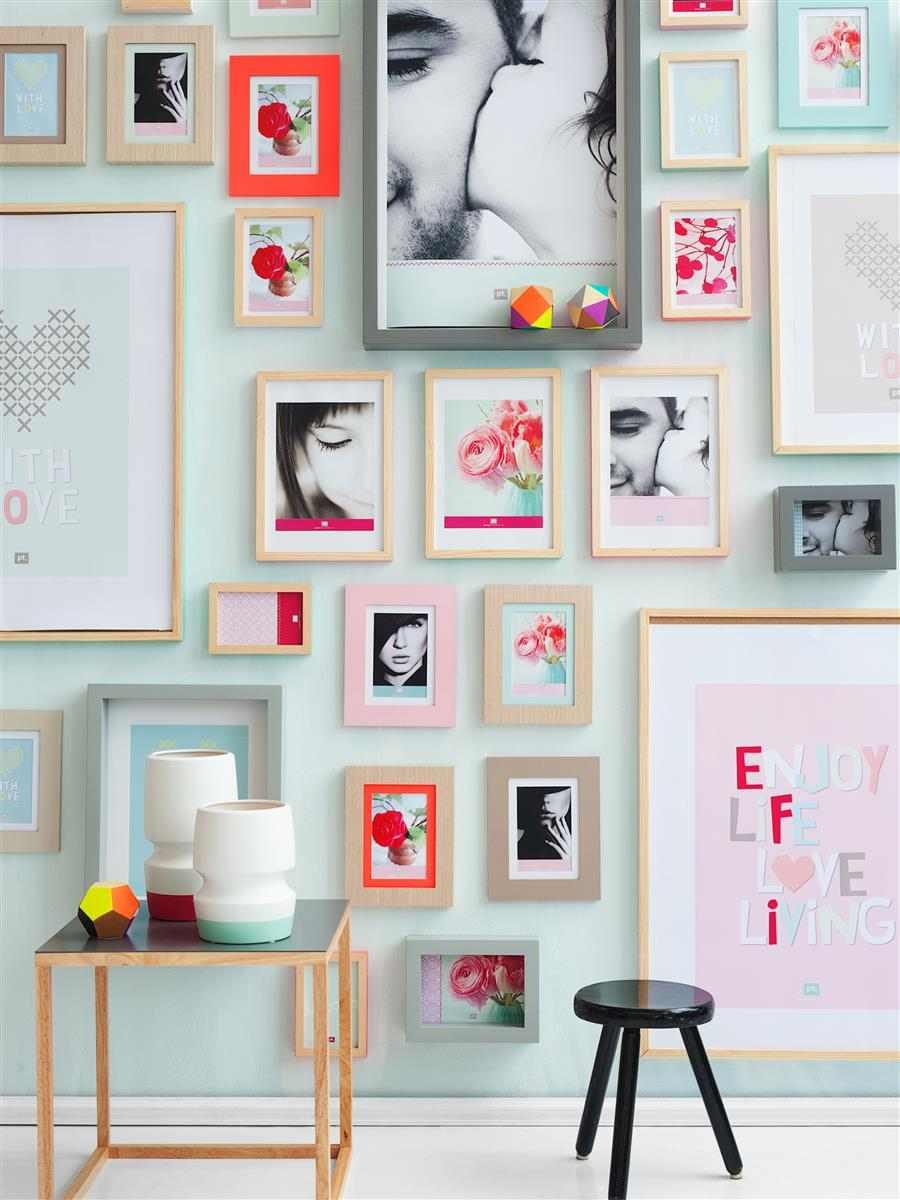 Vários quadros na parede