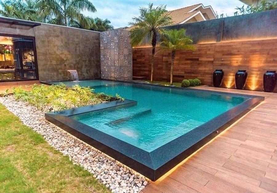 jardim em volta da piscina