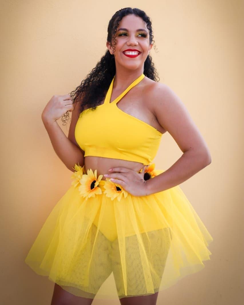 Fantasia feminina amarela