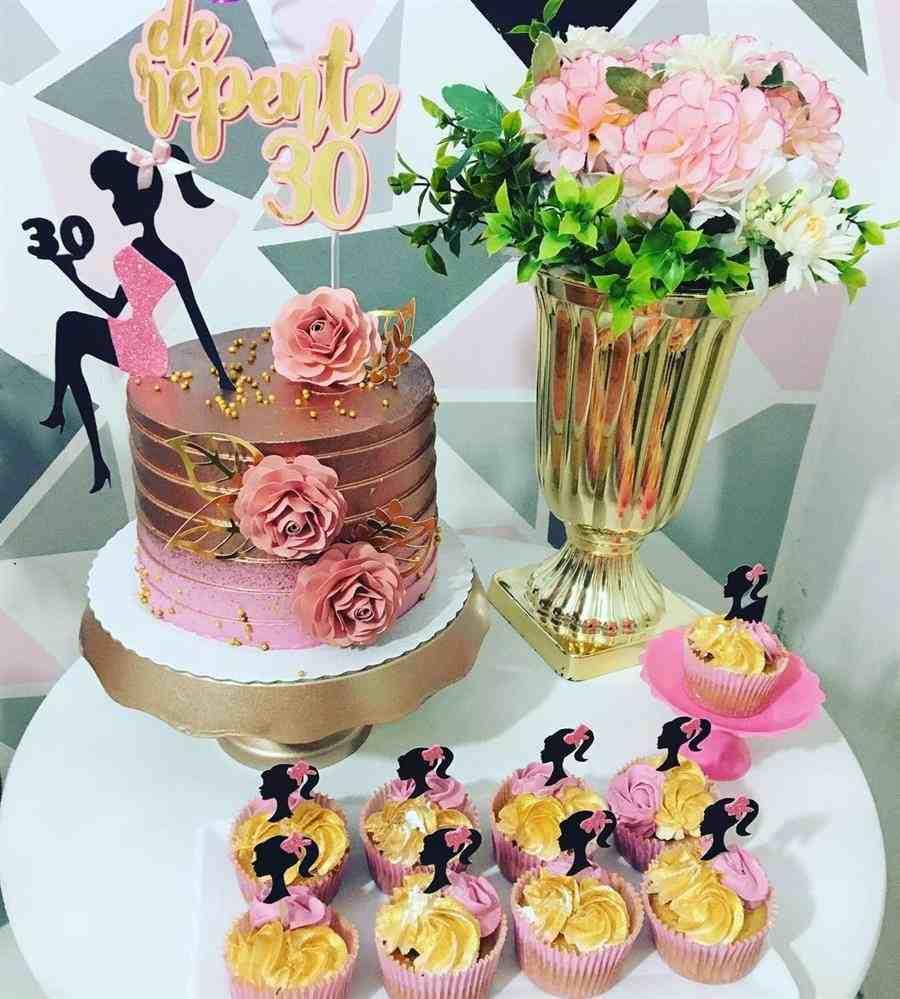 bolo decorado feminino de repente 30