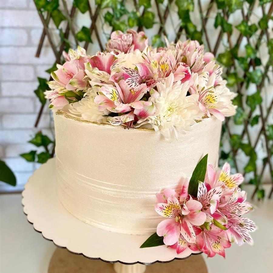 bolo feminino decorado com chantilly