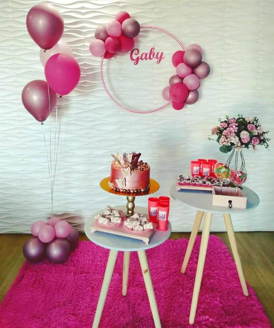 parede com bambolê e balões