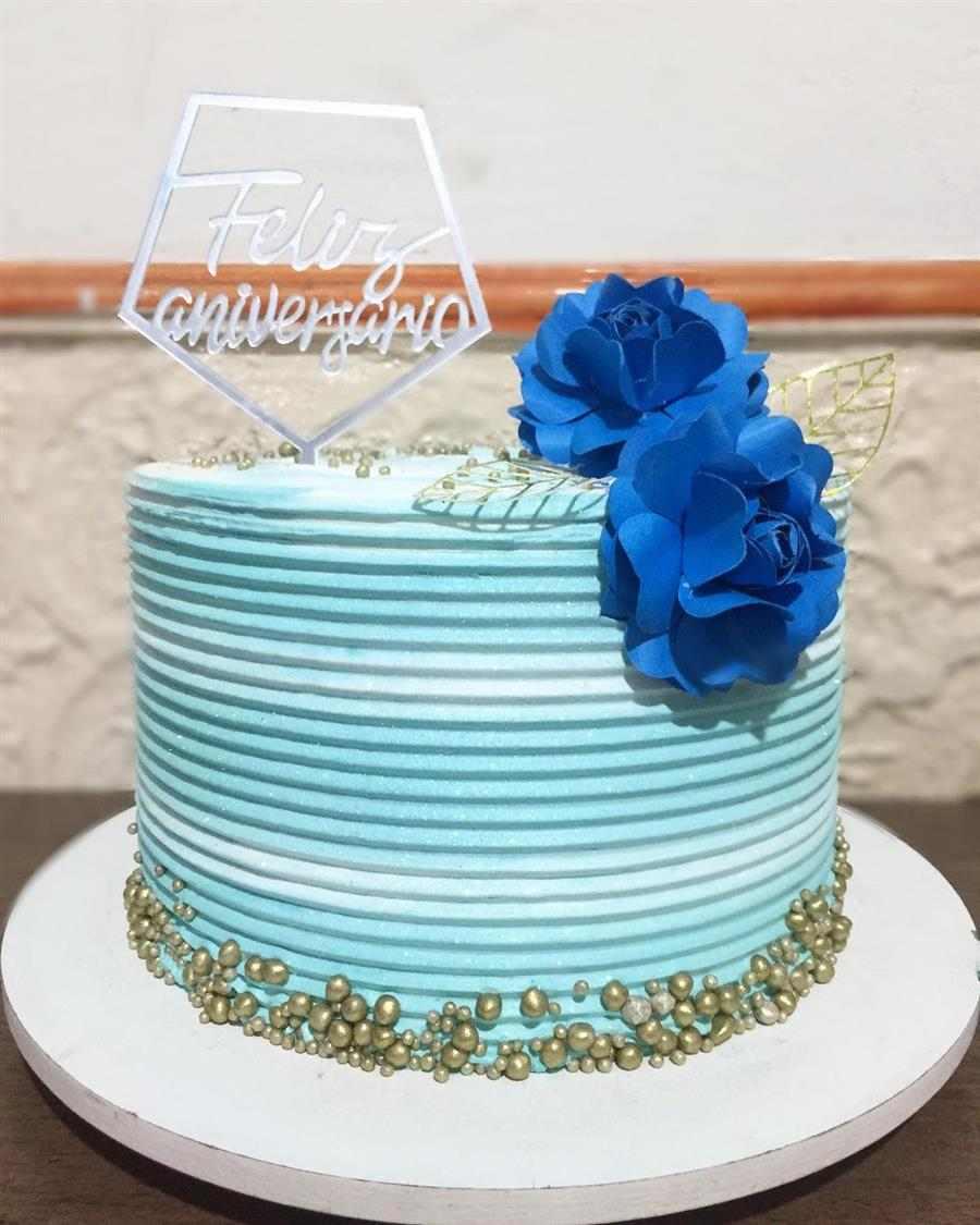 azul e branco com flores