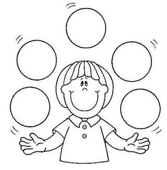 menino jogando bolas