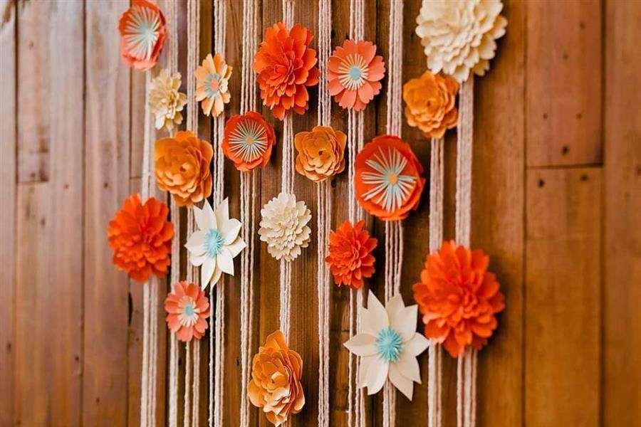 Cortina de barbante com flores artificiais