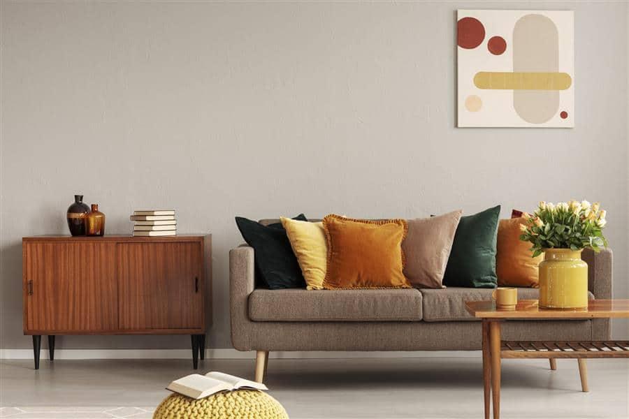 Sofá decorado com almofadas coloridas