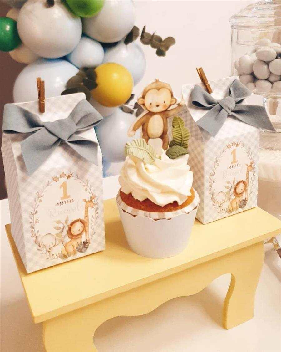 mesa do bolo com lembrancinhas