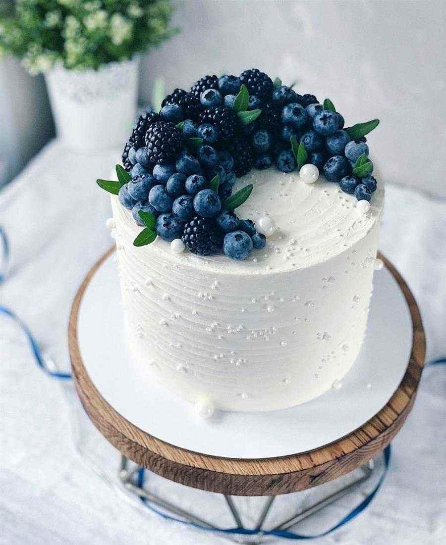 bolo branco com frutas