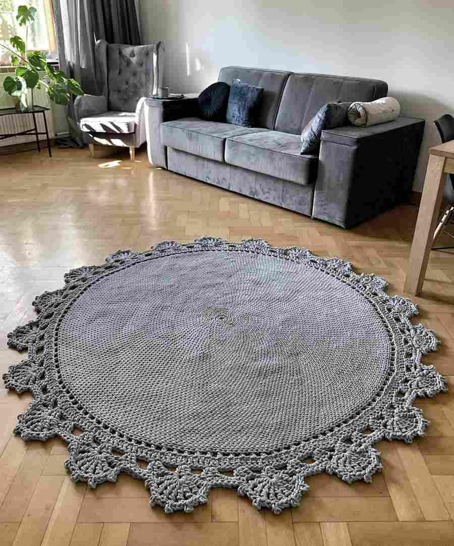 sala com tapete de crochê redondo