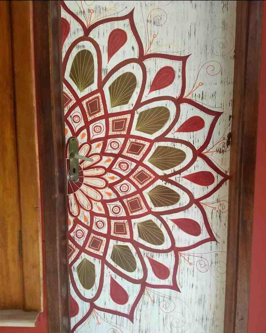 Desenho de mandala na porta