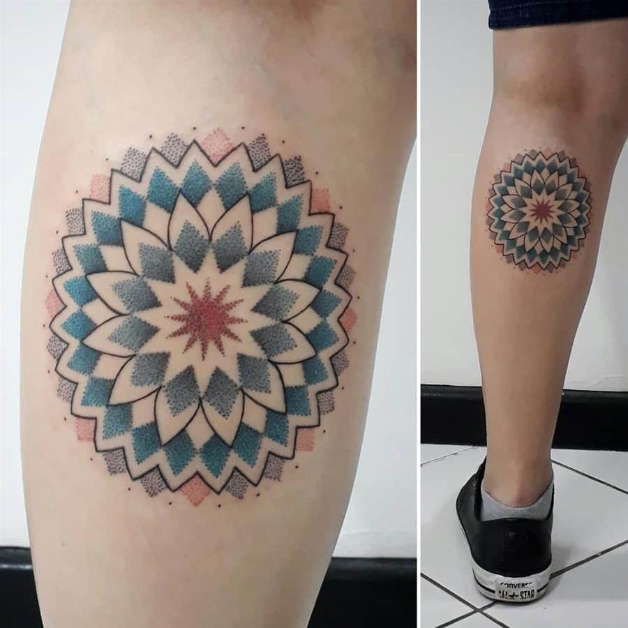 Tattoo de mandala colorida na perna