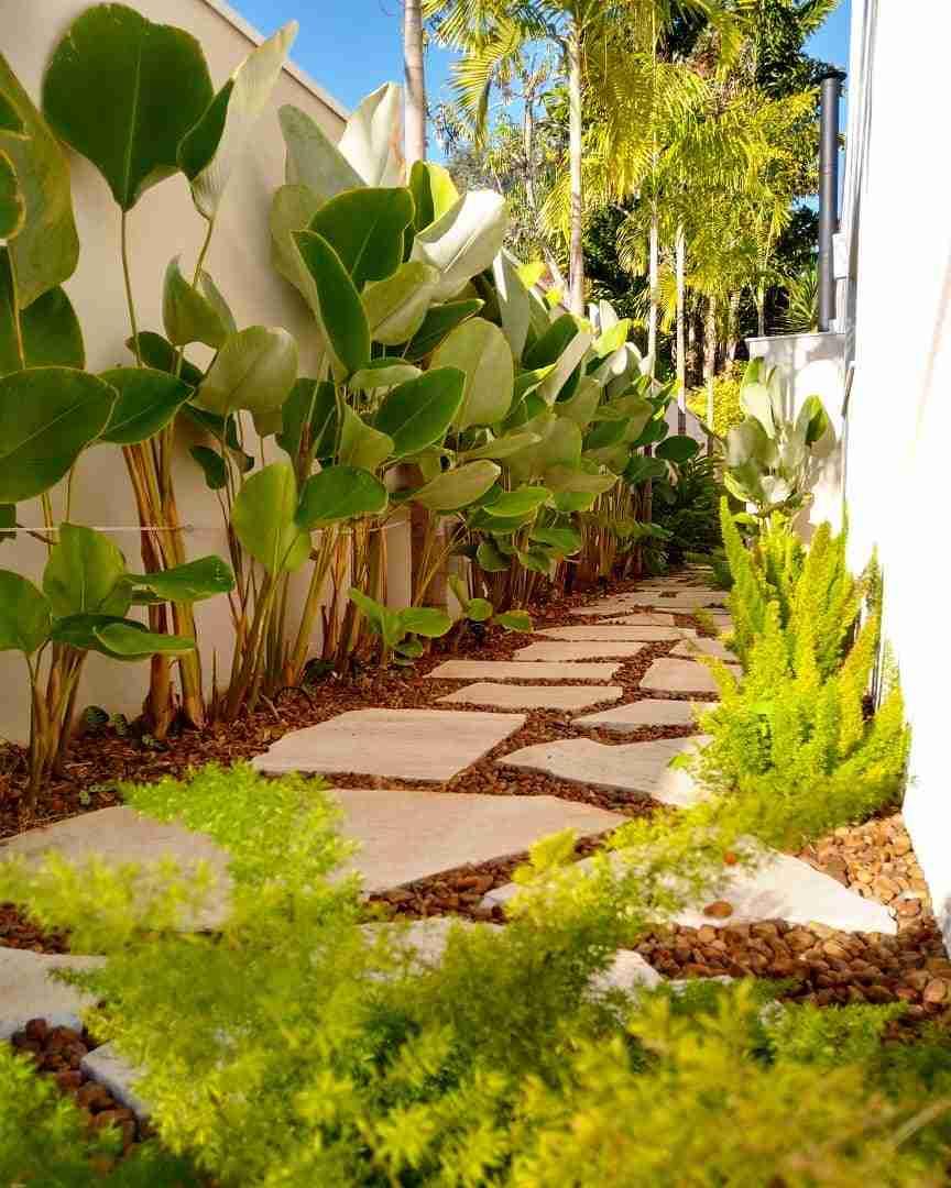 corredor externo com caminho de pedras