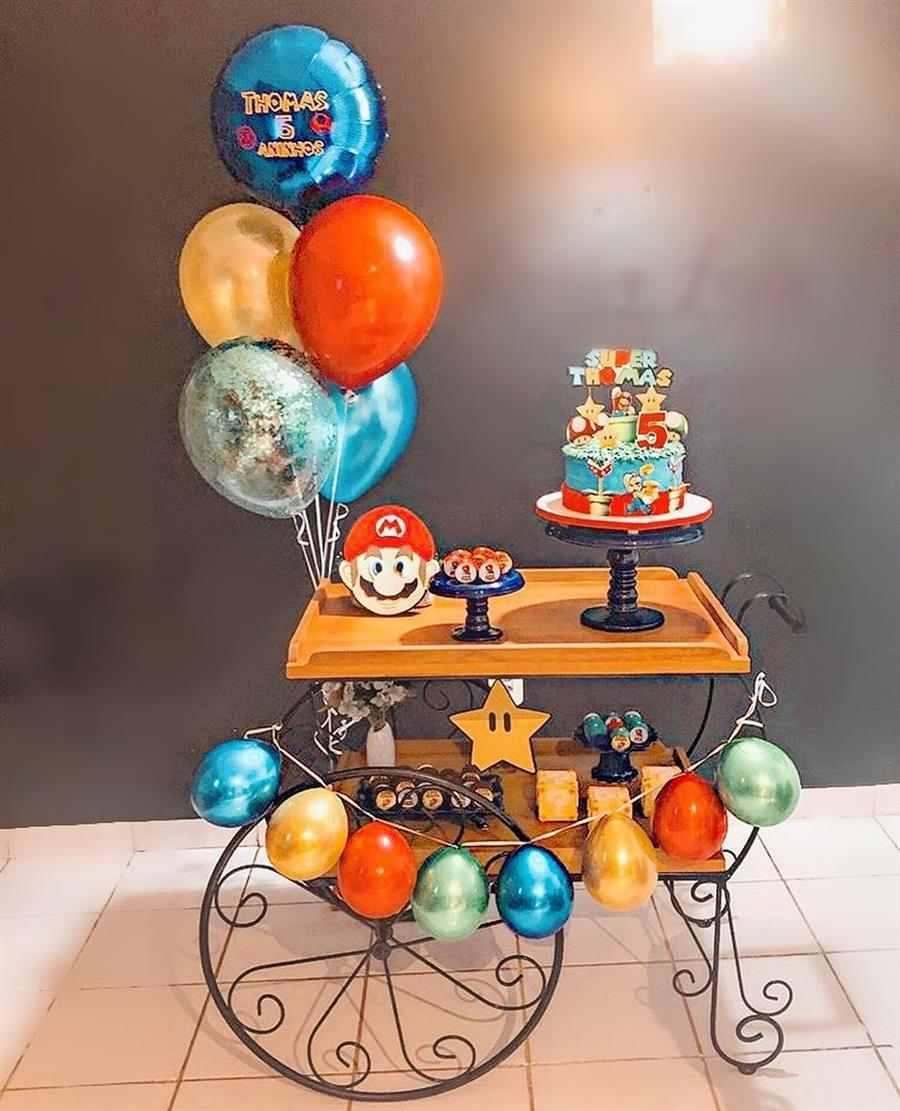 Cortina de balões na mesa do bolo