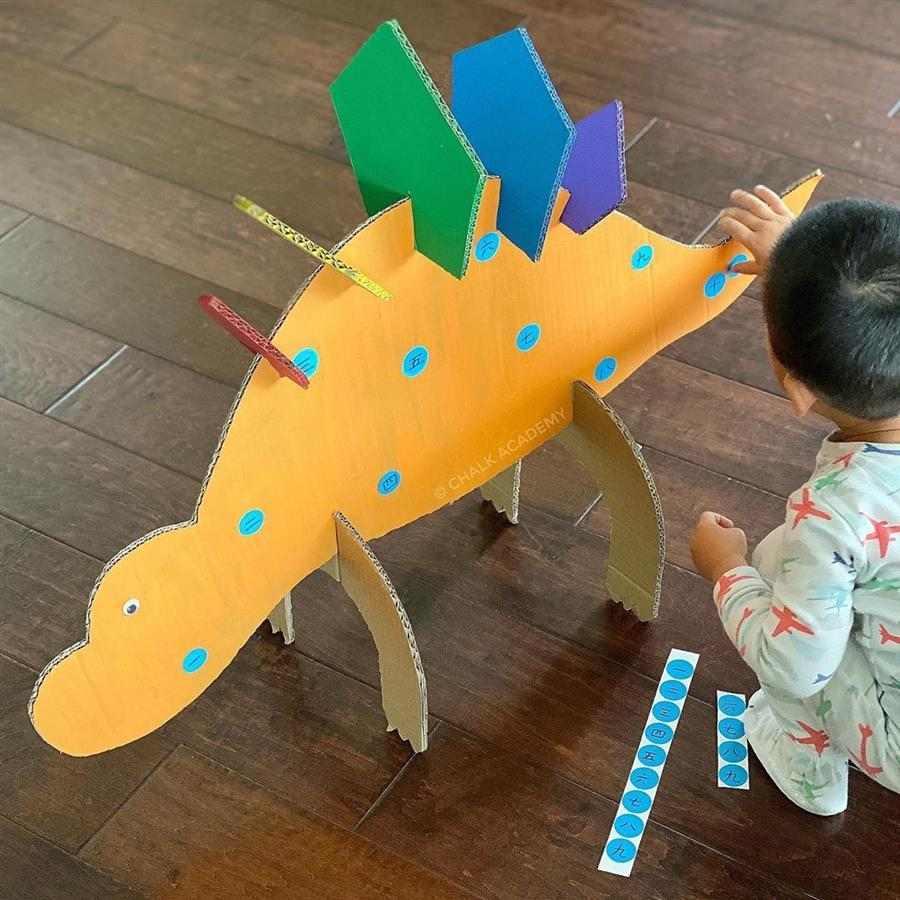 Dinossauro de papelão