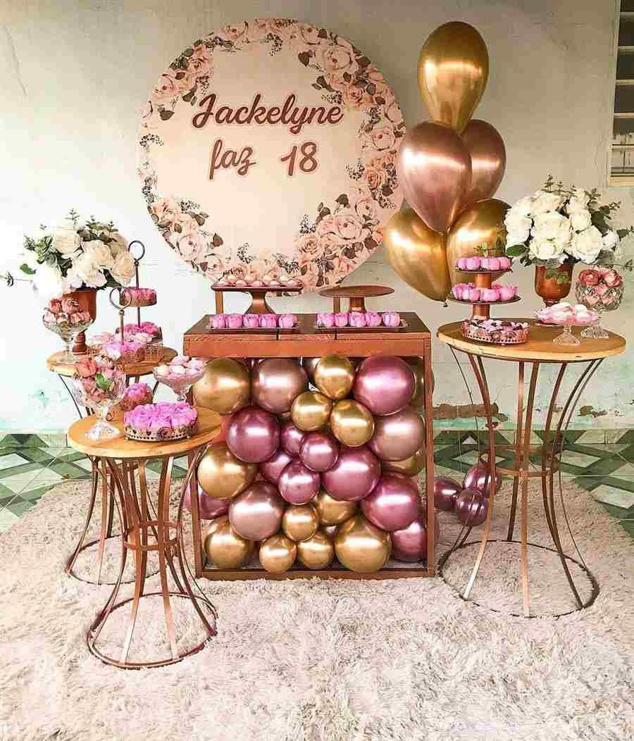 Balões embaixo da mesa do bolo