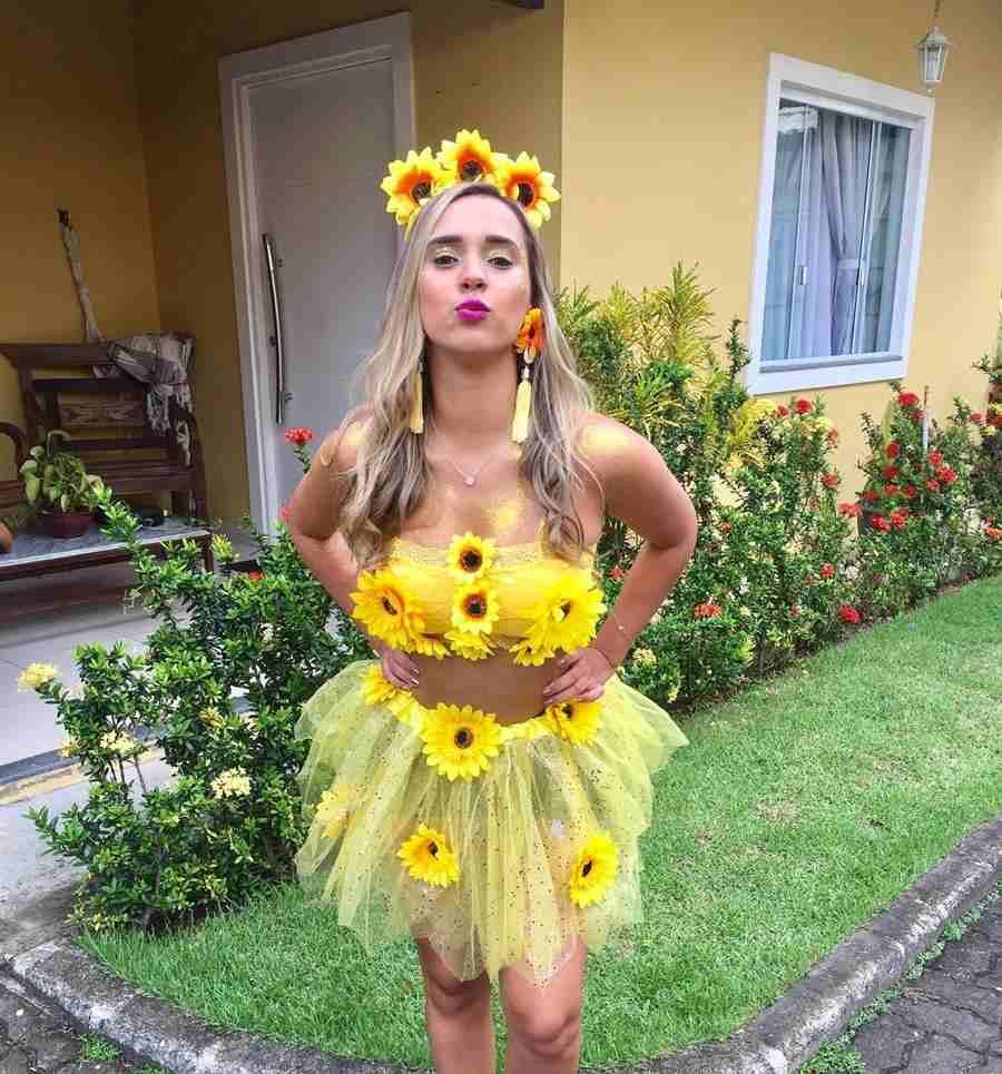 amarela com flores