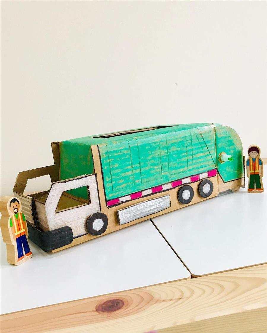 Caminhão de lixo de papelão