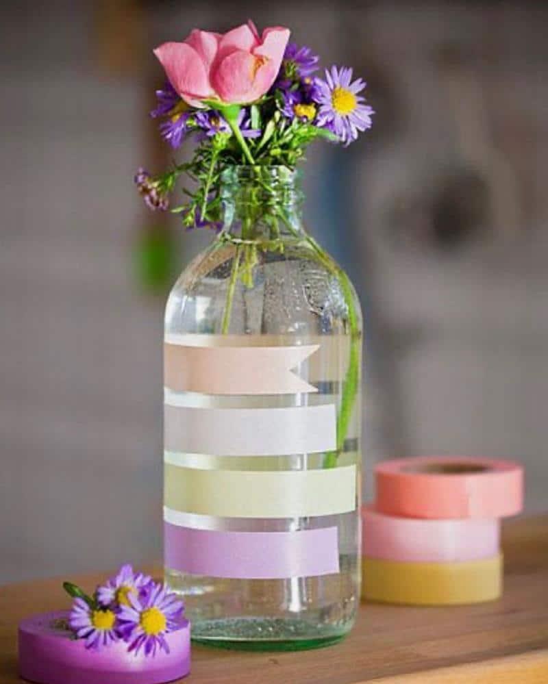 garrafa de vidro e fitas adesivas