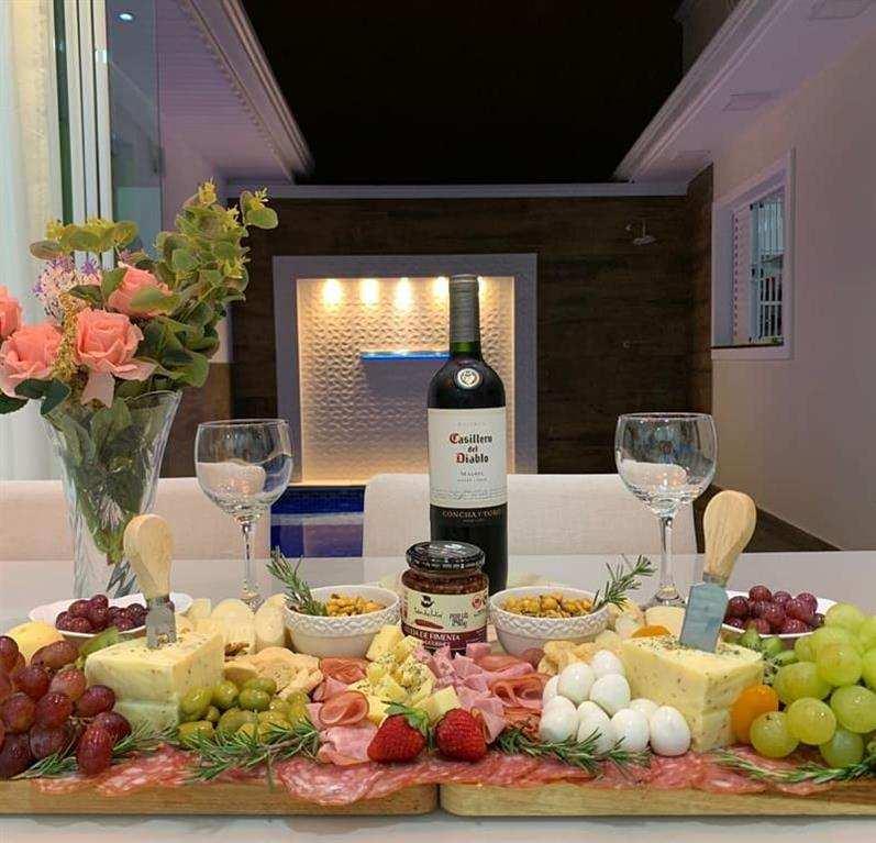 Mesa de frios e vinhos