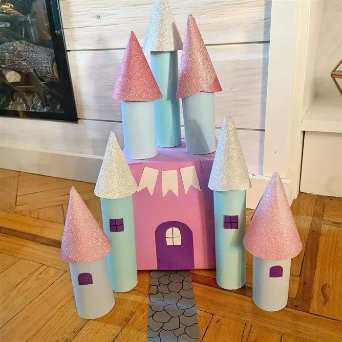 castelo feito com rolinho de papel