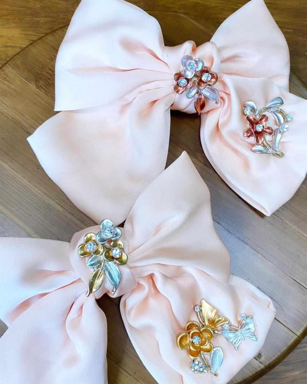 Laços de tecido bordados