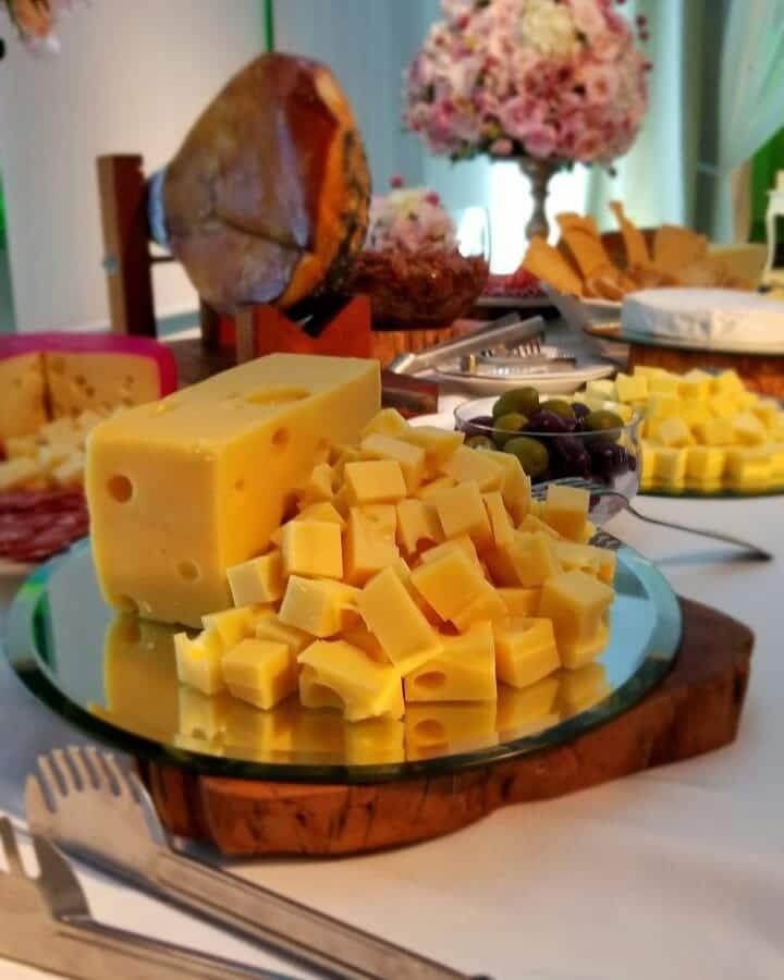 mesa de frios e queijos variados