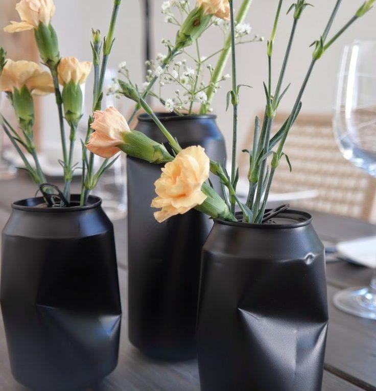 Enfeite de mesa feito com latinhas amassadas