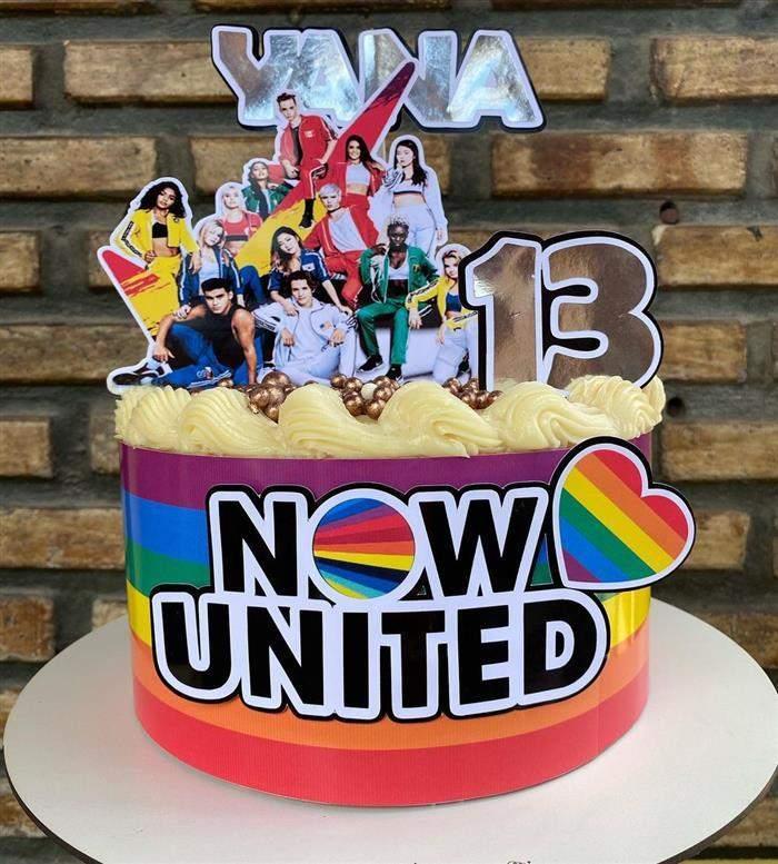 bolo do now united com os integrantes