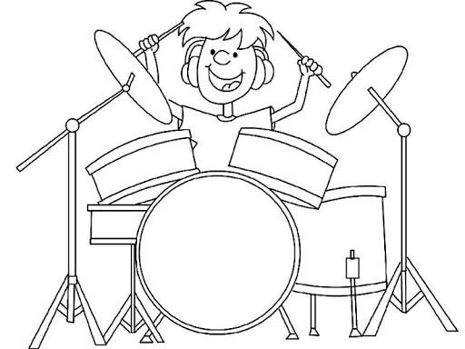 menino tocando bateria