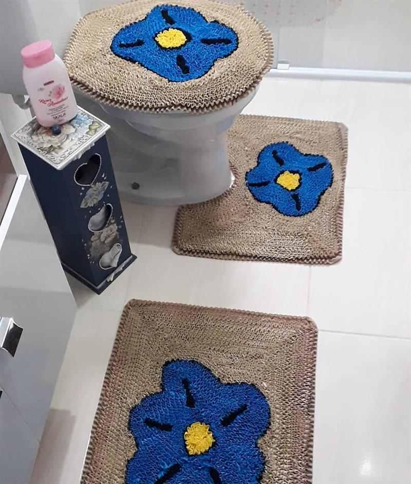 Bege com flor azul
