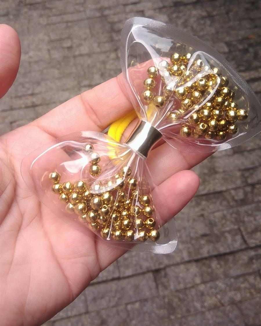 com bolinhas douradas