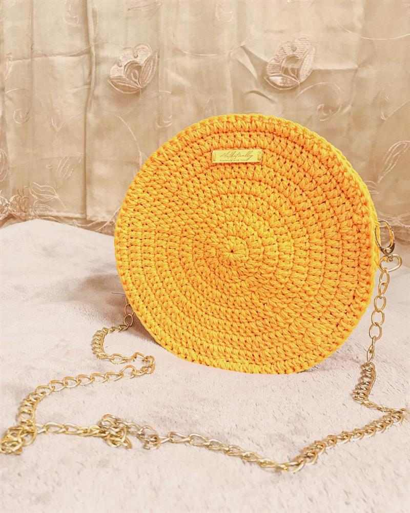 Amarela com correntes douradas