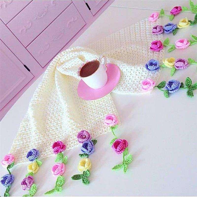 trilho de mesa de croche com flores nas pontas