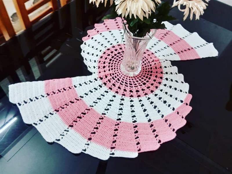 Trilho de mesa em crochê espiral