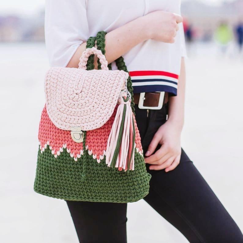 mochila de crochê de costa
