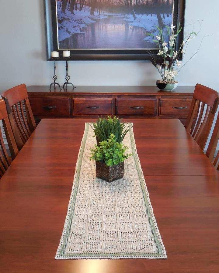 Trilho de mesa em crochê com square
