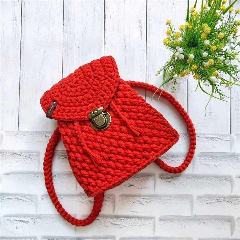 mochila de crochê vermelha