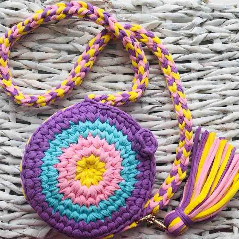 Bolsa de crochê redonda colorida