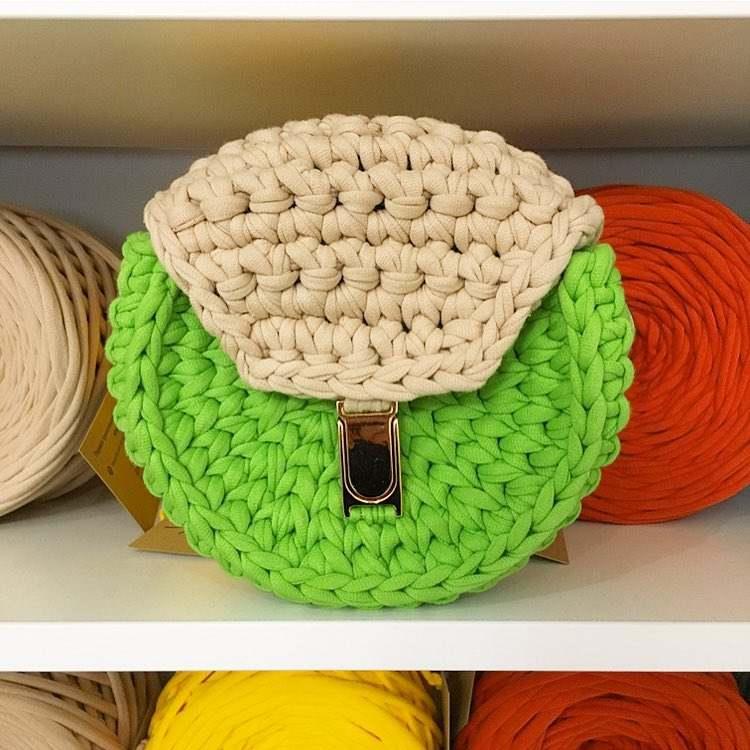Bolsa de crochê com aba