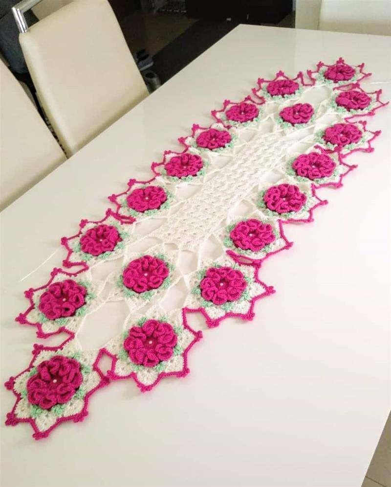 Trilho de mesa em crochê com flores