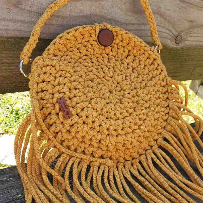 Bolsa de crochê redonda com franja