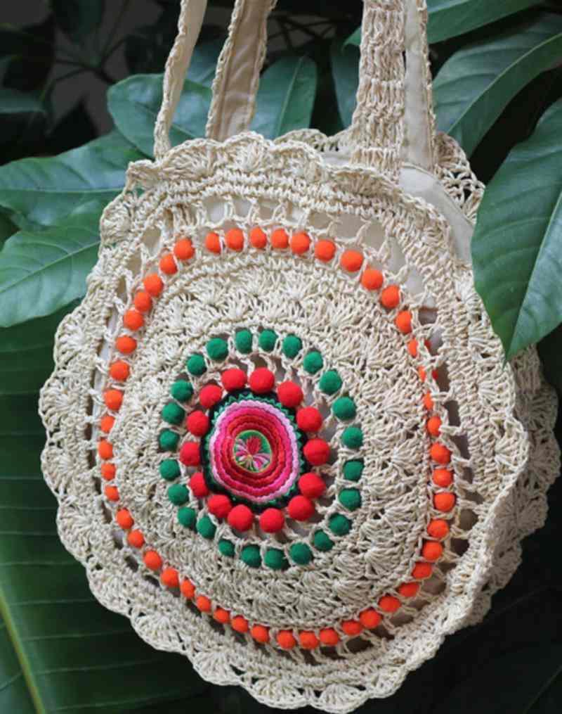 com pompons e bordados coloridos