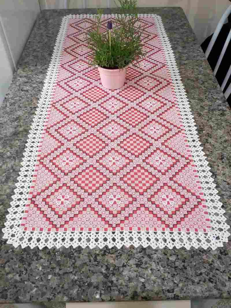 Caminho de mesa bordado em tecido xadrez rosa