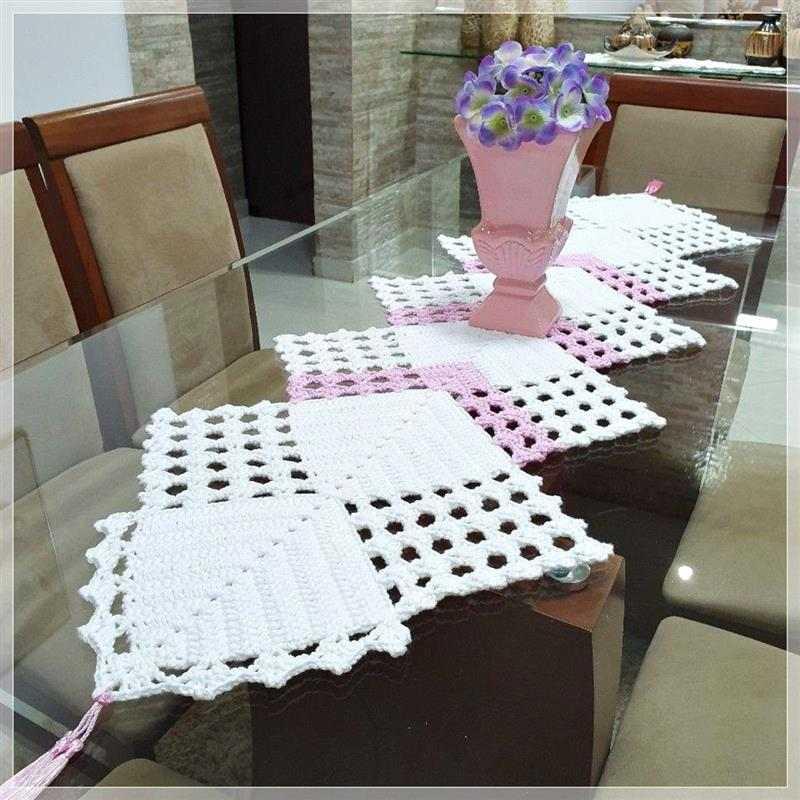 trilho de mesa em croche duas cores