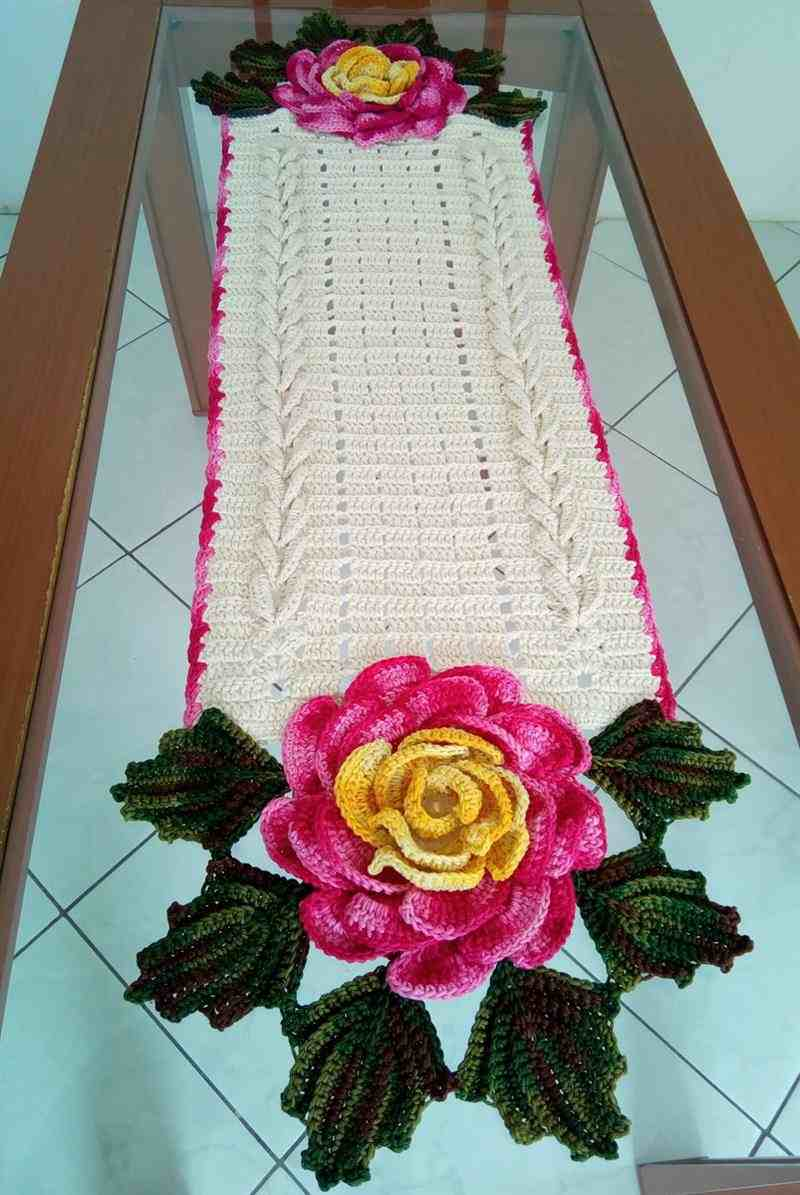 Trilho em crochê com rosas