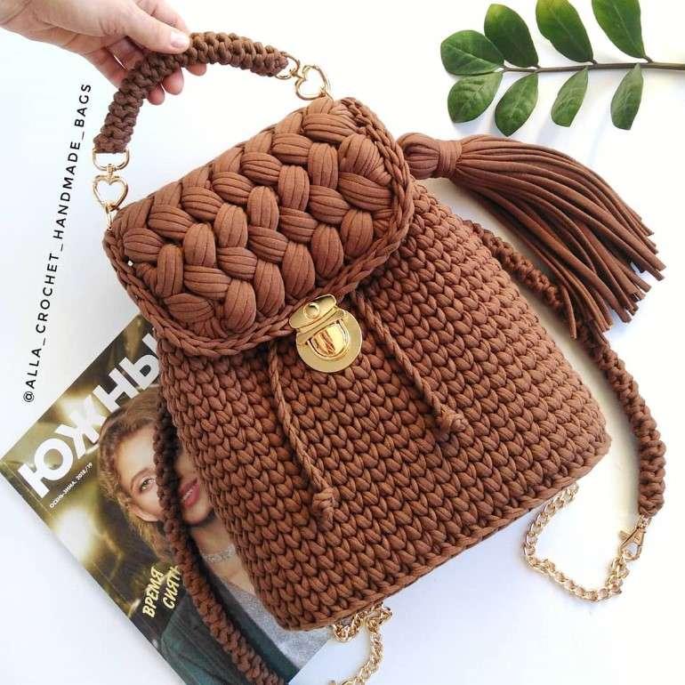 mochila com bolsa croche marrom