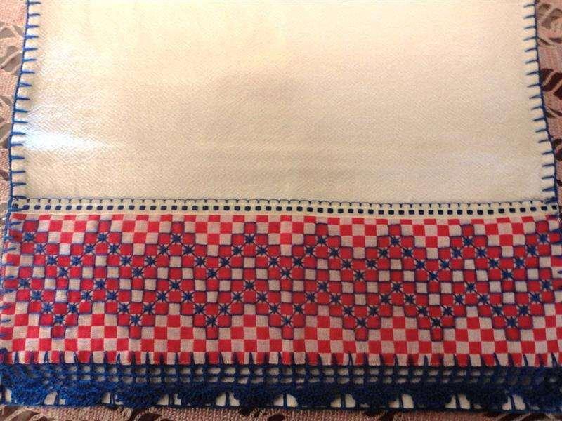 bordado em tecido xadrez e bico de crochê